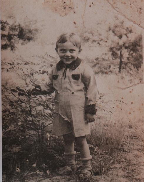 הילד הניק רוזנברג בגיל שנתיים בוורשה. כעבור שנתיים חייו ישתנו (צילום רפרודוקציה: צביקה טישלר)