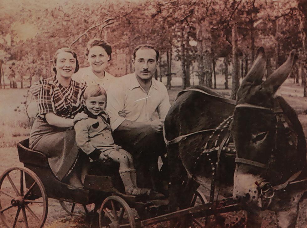 """בילדותו בוורשה, עם הוריו ודודתו. """"חברה של אמי אמרה לה: 'לגרמנים יש תוכניות בשבילכם'"""" (צילום רפרודוקציה: צביקה טישלר)"""