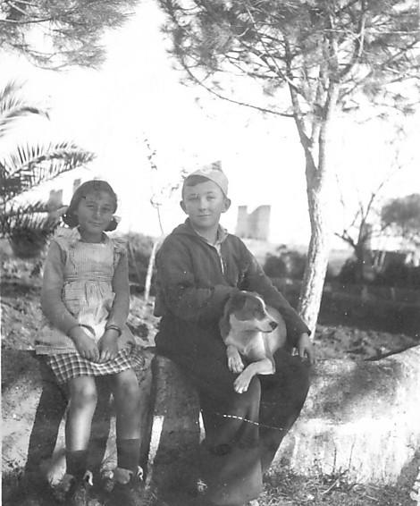 """"""" לא היה אף פעם בכי ולא היה רגש. המגננה הייתה לא להרגיש"""". שנת 1947, רביד עם ילדה במחנה העקורים באיטליה"""