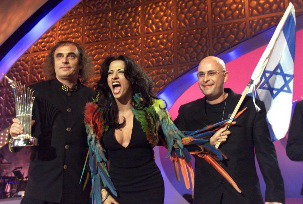 """Победа на Евровидении 1998 года в Бирмингеме, Великобритания. Дана в наряде от Готье, слева - автор хита """"Дива"""" Цвика Пик. Фото: """"Едиот aхронот"""""""