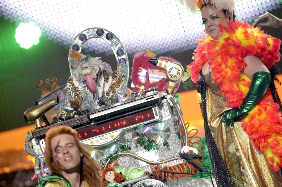 אירלנד, 2008. לפני שרד בנד הגיעה לטלוויזיה, אירלנד שלחה לאירוויזיון את הבובה דסטין תרנגול ההודו בליווי הרכב דאנס מעצבן, שיצרו יחד על הבמה בסרביה קרנבל צבעוני, קאמפי ומשוגע. מקורות ההשראה: ארמי אוף לאברז השבדים. ללא ספק, אחת מנקודות הטירוף של האירוויזיון מאז ומתמיד  (צילום: rex/asap creative)