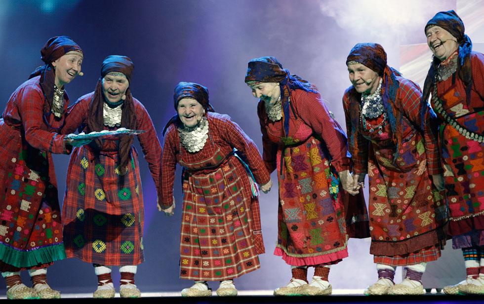רוסיה, 2012. לבוש מסורתי-אתני לרוב לא זוכה לפופולאריות על במת האירוויזיון, והמשתתפים מעדיפים בגדים עכשוויים או ביזאריים. להקת בורנובסקיה בבושקי מרוסיה, שמורכבת משש סבתות חביבות, הצליחה להגיע למקום השני בתחרות עם בחירה בבגדי עם רקומים  (צילום: AP)