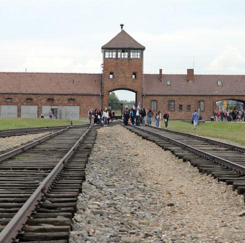 Израильские школьники на экскурсии в Освенциме. Фото: Эран Гранот