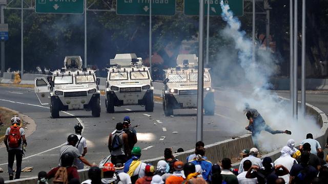 תומכי חואן גוואידו ב קראקס ונצואלה עימותים ניסיון הפיכה (צילום: רויטרס)