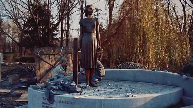 וולרי מדוודב בבנייה של הפסל בבאבי יאר ()
