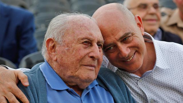 יהודה מימון, בן 95, יליד פולין עם בנו יאיר, בן ה-60 (צילום: AFP)