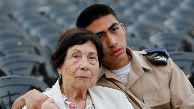 פאני בן- עמי, בת 89, ילידת גרמניה עם נכדה אייטל בן ה-19 (צילום: AFP)