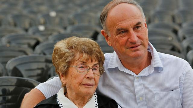 בלה אייזנמן, בת 92, ילידת פולין עם בנה אבי, בן 62 (צילום: AFP)