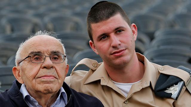 מנחם הברמן, בן 92, ילידה צ'כוסלובקיה עם אורי נכדן בן ה-20 (צילום: AFP)