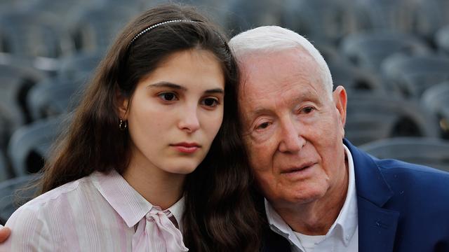 שאול לובוביץ, בן 85, יליד פולין, יחד עם נכדתו דריה בת ה-23 (צילום: AFP)