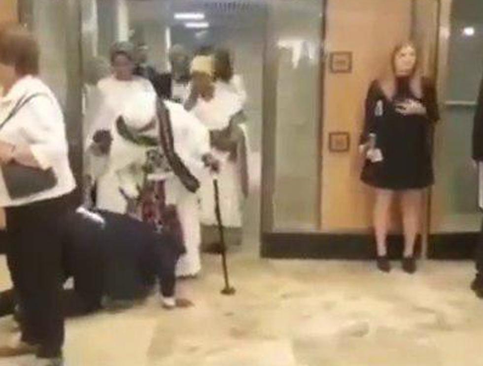 גדי יברקן מנשק את רגלי אמו כשהיא מגיעה לכנסת ביום השבעת הכנסת ה 21 (צילום: נתנאל הרש)