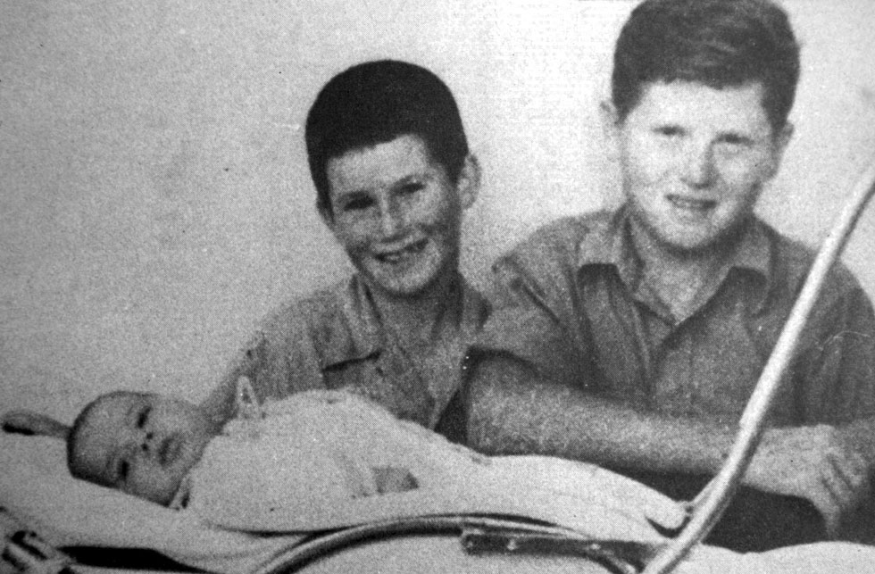 """מנור (במרכז) עם אחיו הבכור, זאב (מימין), והאח הצעיר, יהודה.  """"האם אתה שומע? האם אתה יודע?"""" (צילום רפרודוקציה: רוני שיצר)"""