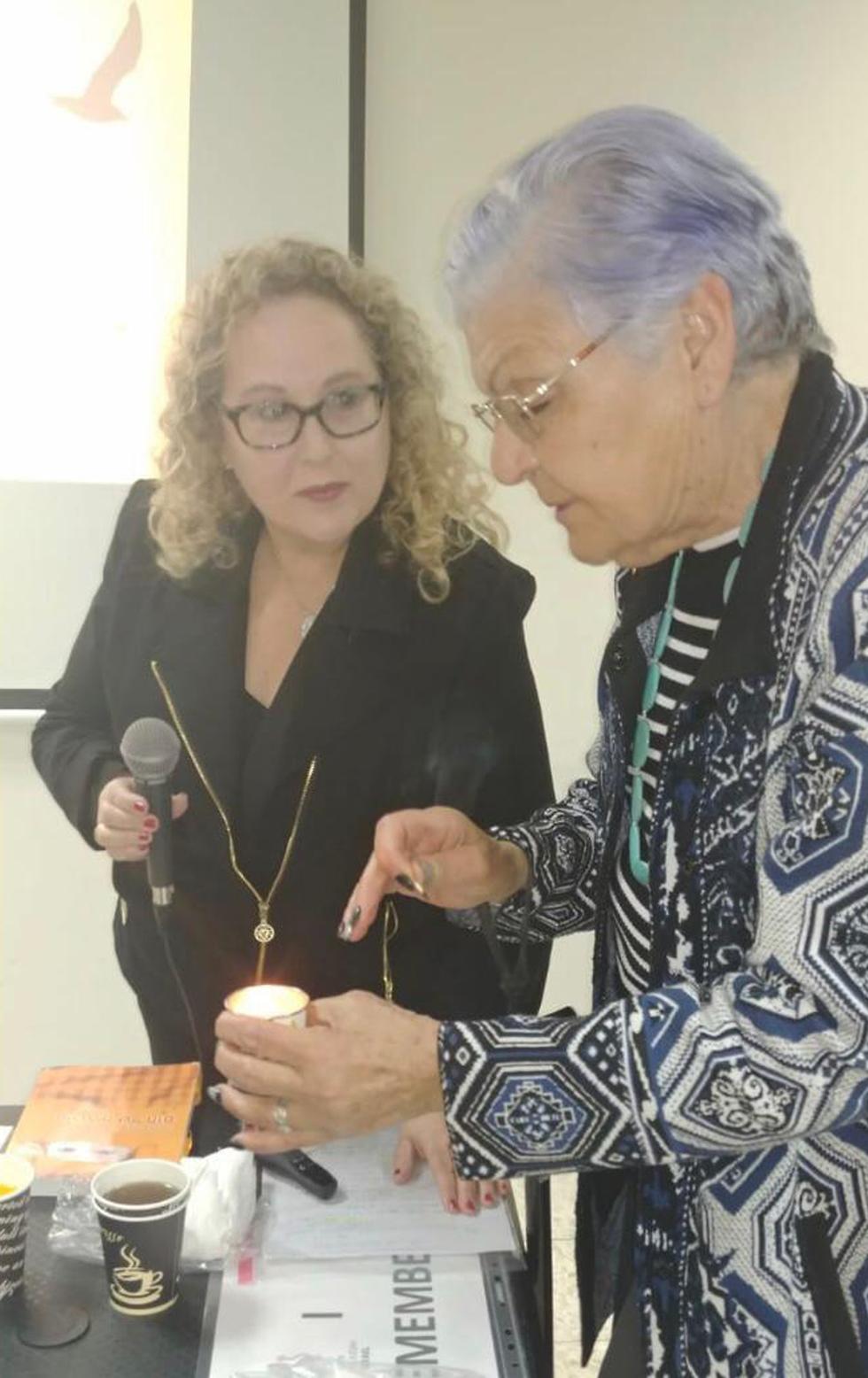 אופירה עם רוזי ניצולת השואה מדליקות נרות זיכרון בוחרים מחר לעד ()
