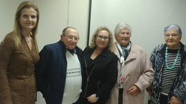 מיקי דהב (משמאל), אופירה עזריאלי וניצולי השואה ()