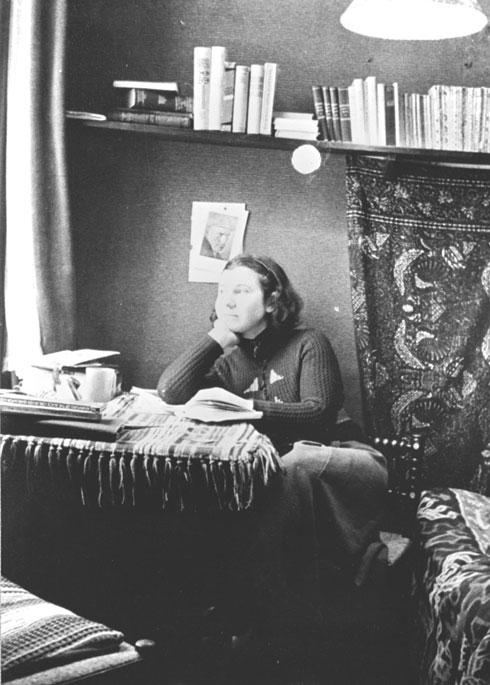 כשהגיעה עם משלוחי היהודים אל מחנה המעבר וסטרבורק, היא סעדה אנשים שבורים, והייתה קרן אור בייחוד לנערות ואמהות (צילום:  המוזיאון היהודי ההיסטורי באמסטרדם)