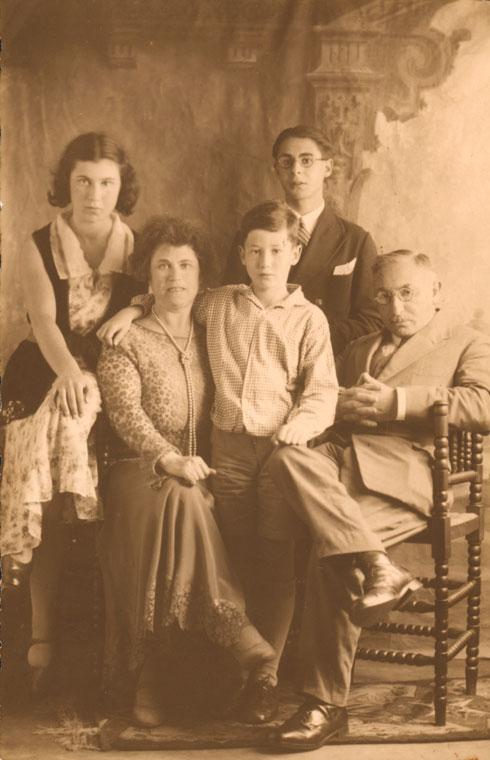 עם משפחתה. איש מהם לא שרד את המלחמה (צילום:  המוזיאון היהודי ההיסטורי באמסטרדם)