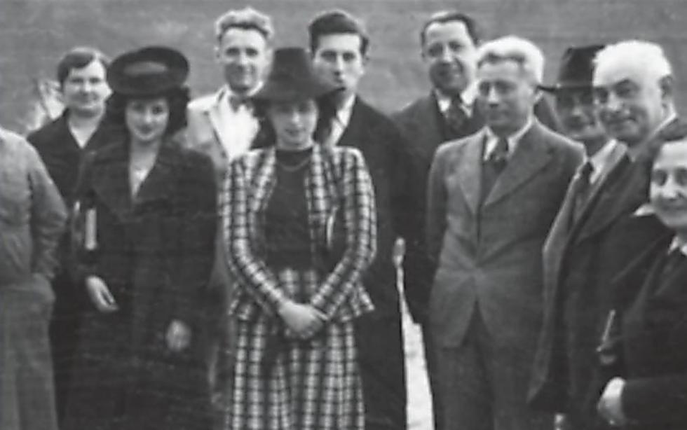 מרקוס וויצטום (עומד רביעי מימין) עם הקבוצה שהקימה את המפעלים ()