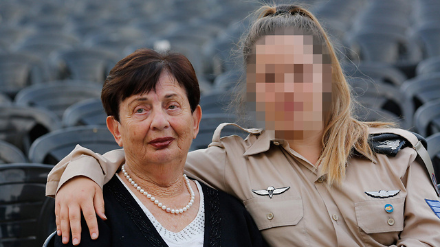 שרה שפירא, בת 86, ילידת  רומניה עם נכדתה נעה בת ה-22 (צילום: AFP)