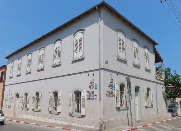 """Так выглядит здание снаружи - в нем расположен Центр еврейской культуры и искусства """"Неве-Шехтер"""". Фото: Леон Левитас"""