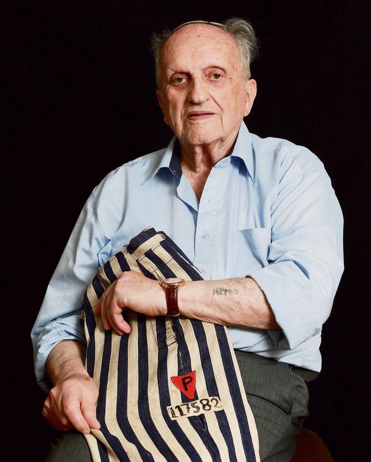 לנדאו ומכנסי האסיר שלו מבוכנוולד: המספר שאותו קיבל בבוכנוולד שונה מהמספר שקועקע על זרועו באושוויץ | צילום: דנה קופל