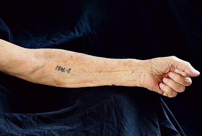 מאירק'ה קוטס ביקש לצלם רק את המספר שעל ידו | צילום: דנה קופל