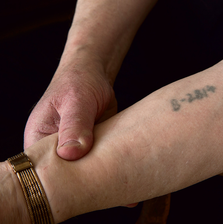 ביקש לצלם רק את המספר על ידו ולא להיחשף בשמו. ש.ג | צילום: עמית שאבי