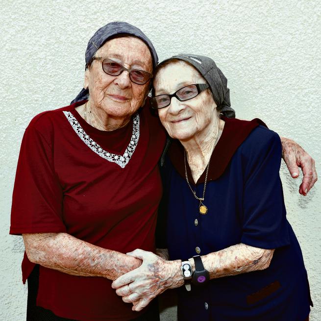 האחיות שרה וחנה טסלר | צילום: גדי קבלו