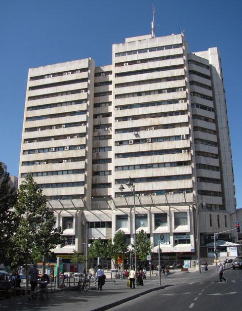ומרכז כלל בירושלים. גם הוא, כמו מגדל העיר, לא אהוב בעיר (צילום: Yoninah, cc)