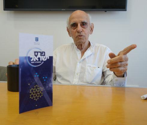 דן איתן מתכונן לטקס הענקת פרס ישראל. ''יש בי שמחה גדולה'' (צילום: מיכאל יעקובסון)