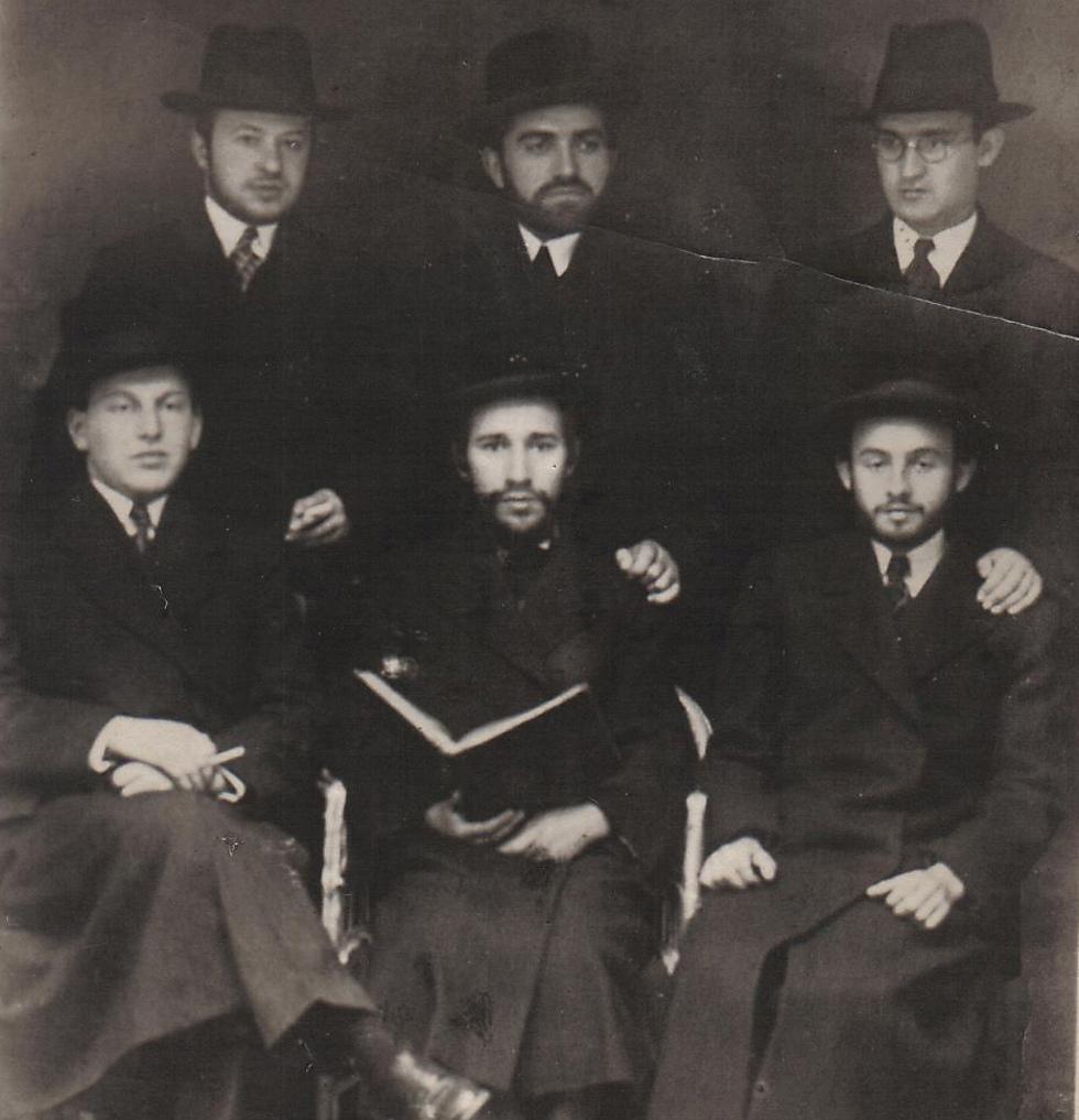 בחורים בעיירה דוקלה (באדיבות משפחת גוזיק)