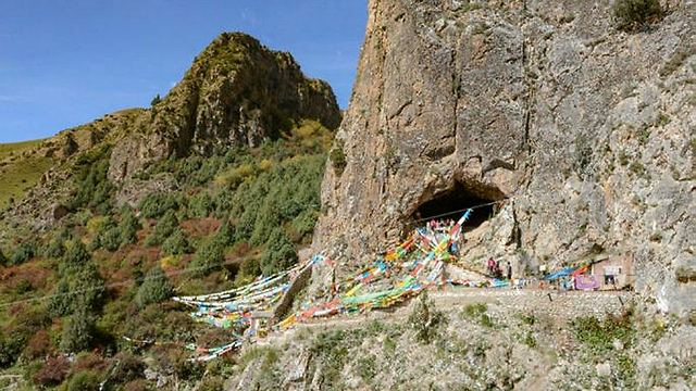 המערה שבה התגלו הממצאים (צילום: רויטרס)