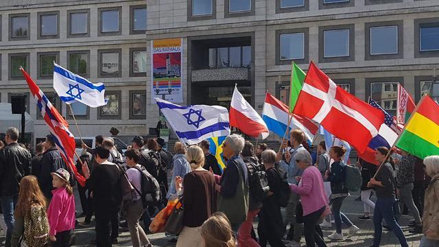 צאצאים של נאצים צעדו בשטוטגרט לצד ניצולי שואה ביקשו סליחה מהעם היהודי ואמרו לא לאנטישמיות ()