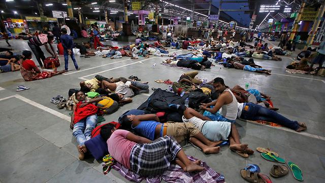 הודו סופה סופת ה ציקלון פאני נוסעים תקועים בתחנת רכבת בין מדינות אודישה ו קולקטה (צילום: רויטרס)