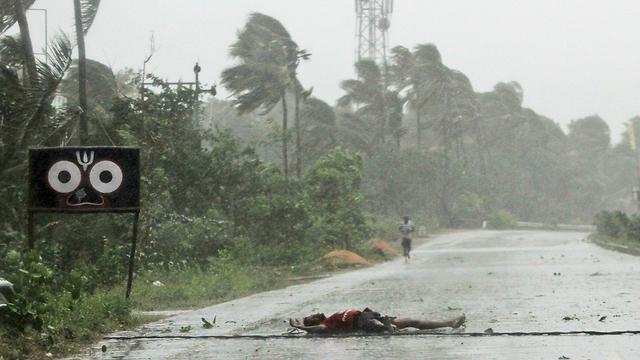 הודו סופה סופת ה ציקלון פאני חקלאי שרוע על הכביש מדינת אודישה (צילום: AP)