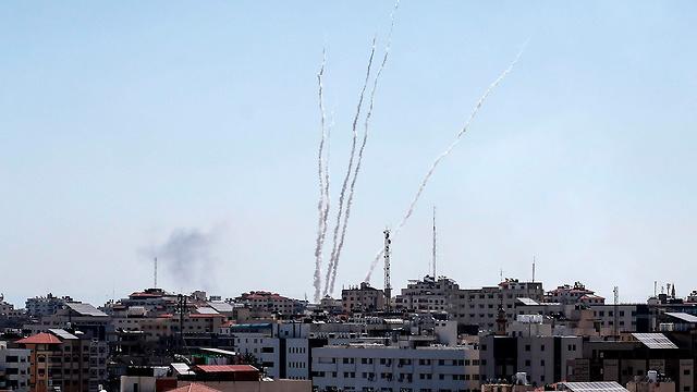 ירי שיגור רקטות מ רצועת עזה לישראל (צילום: AFP)