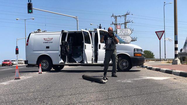 נפילת רקטה בכביש 4 סמןך לאשקלון (צילום: דוברות המשטרה)