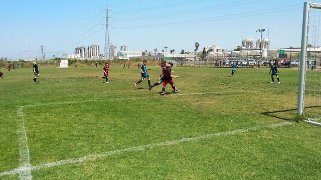 ילדים על הדשא מגרש כדורגל אזעקה  (צילום: דימטרי סמיונוב)