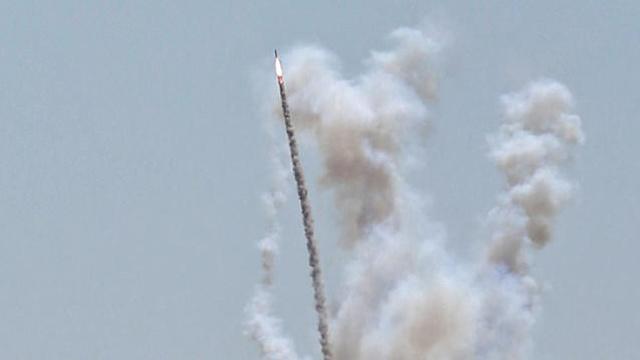 שיגור ירי רקטה מ רצועת עזה  (צילום: רויטרס)
