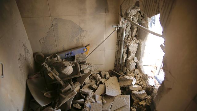 פגיעה בבית בקריית גת (צילום: AP)