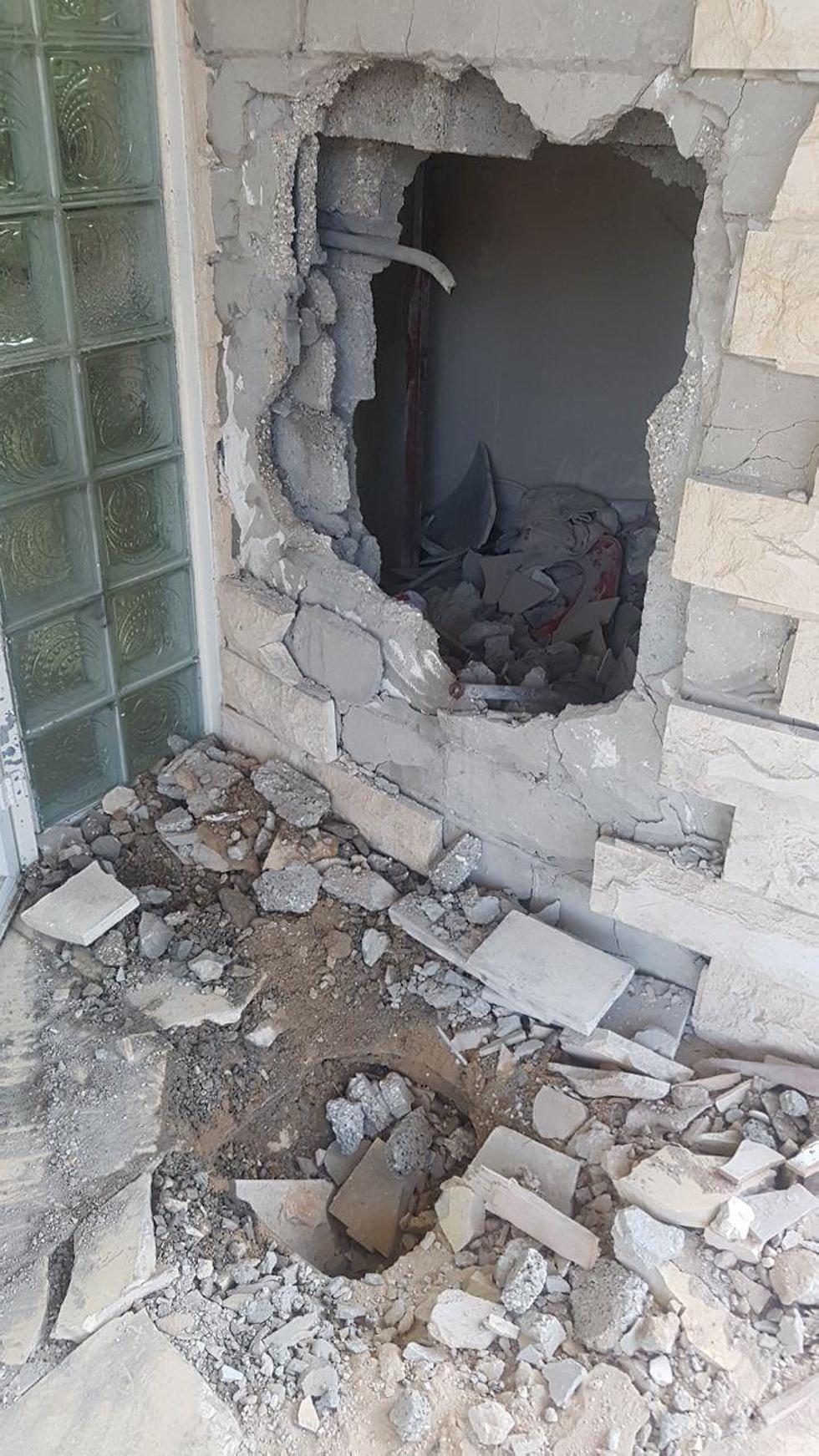 נזק בבית בקריית גת בעקבות נפילת רקטה (צילום: משי בן עמי)