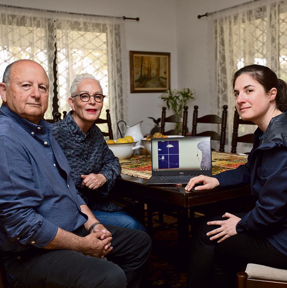 צופים בסרטון המרגש. דני בן ארי, אשתו רוני והאנימטורית דניאלה שרר