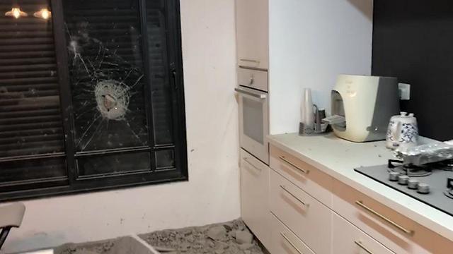 פגיעה רקטה בית אשקלון  (צילום: דוברות המשטרה)