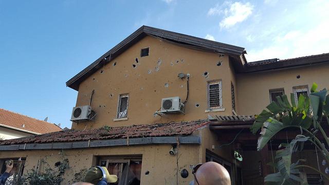 הפגיעה בבית באשקלון (צילום: איתי שיקמן)