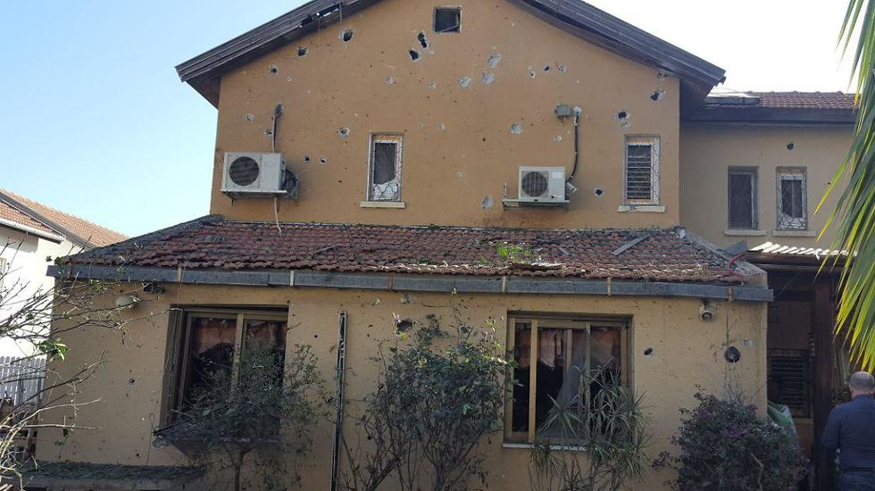 Moshe Agadi's house in Ashkelon after being hit by rocket (Photo: Itai Shickman)