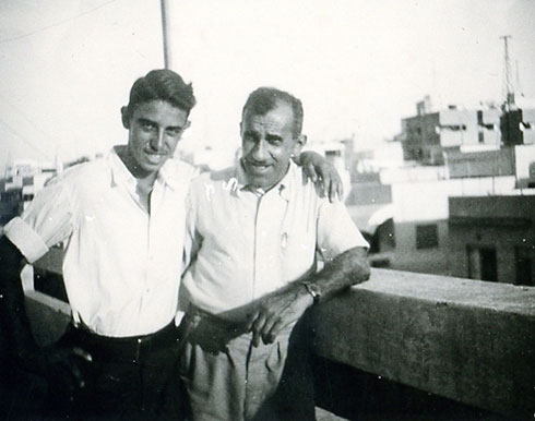 צבי אטינגן (שחור) ובנו, דן אטינגן (איתן), כשהיה בן 16 (צילום: אלבום פרטי)