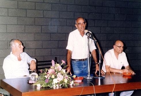 כשהייתי יו''ר אגודת האדריכלים (במרכז). לצדו של ראש הממשלה דאז, שמעון פרס (צילום: אלבום פרטי)