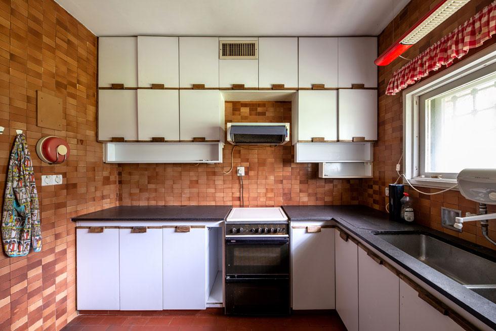 המטבח, עם משקל תלוי על הקיר. בבית היו חידושים כמו רמקולים שהוטמעו בקיר לצד מערכת סטריאו משוכללת לזמנה. חידוש אחר היתה מערכת מיזוג מרכזית, כשהמיכון הוטמן במרתף כדי למנוע רעש מיותר (צילום: אילן נחום )