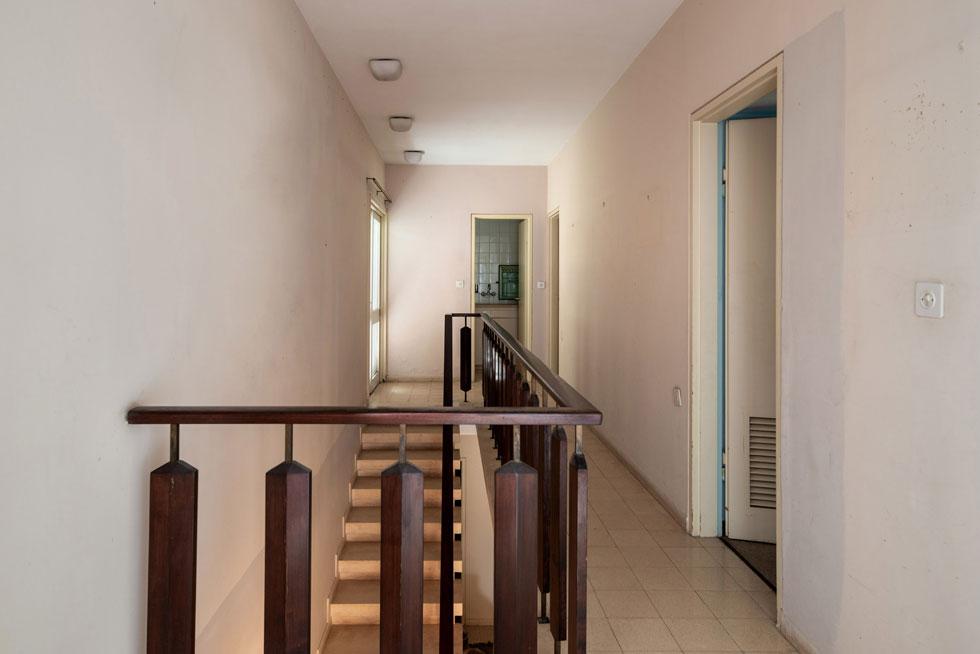 באגף חדרי השינה שתי קומות. בקומת הקרקע חדר לאורחים ושניים לילדיהם של בני הזוג. בקומה העליונה שני חדרים נפרדים לכל אחד מבני הזוג (צילום: אילן נחום )