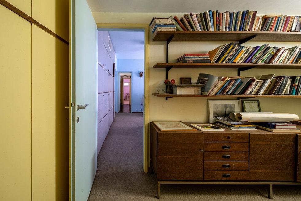 מבט מחדרו הפינתי של ראובן לחדרה של אסתר, שהיה מרווח יותר ונצבע בגוון תכול. החדרים מקושרים במסדרון פנימי, הפונה לחדרי רחצה משותפים (צילום: אילן נחום)