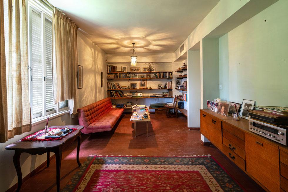 הספרייה הצמודה לסלון. האגף הציבורי רוהט כולו ברהיטי עץ ועור שנקנו בספרד, רובם במראה עתיק (צילום: אילן נחום )